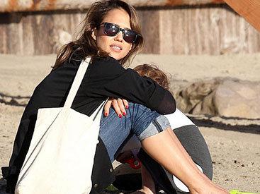 Джессика Альба на отдыхе с мужем и дочерьми - ФОТО