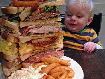Британец на спор съел сэндвич весом 2,5 кг - ФОТО