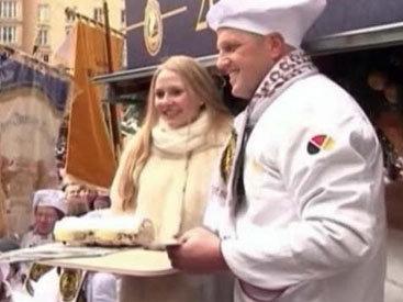 В Германии испекли самый большой в мире рождественский кекс
