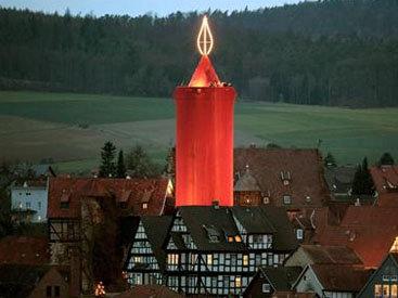 """В Германии зажгли 42-метровую рождественскую """"свечу"""""""