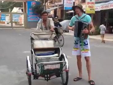 Русский баянист отжигает во Вьетнаме - ВИДЕО