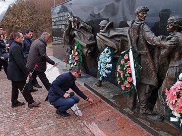 Журналисты из Азербайджана посетили памятник воинам в Крыму - ФОТО