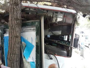 Автобус врезался в остановку в Баку, много пострадавших - ОБНОВЛЕНО - ФОТО