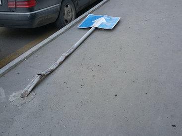 В Баку дорожный знак бросили на произвол судьбы – ФОТО