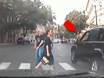 Невиданная наглость водителя Prado на глазах у полиции - ЕСТЬ МНЕНИЕ - ВИДЕО