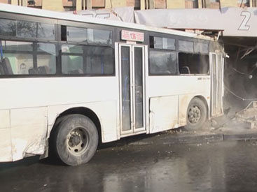 В Баку пассажирский автобус врезался в магазин - ОБНОВЛЕНО - ФОТО
