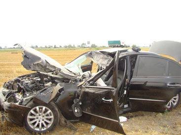 В Имишли Mercedes врезался в препятствие: погиб пассажир