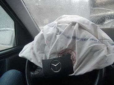 На дороге Баку-Губа Mersedes въехал в грузовик, ранены мать и дочь
