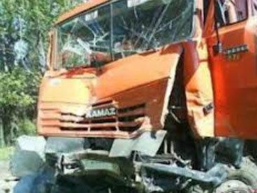 На трассе Баку-Газах BMW въехал в КАМАЗ: погибли супруги