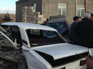 В Баку Mercedes, столкнувшись с ВАЗ-2106, разрушил забор - ФОТО