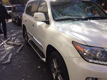 На Lexus певца Манафа Агаева упала кровля здания – ФОТО