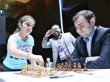 Племянница Вугара Гашимова сделала первый ход в матче Карлсен-Мамедъяров - ФОТО