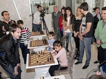 Карякин, Раджабов и Мамедъяров сыграли с детьми в шахматы - ФОТО