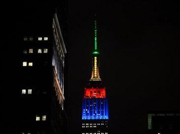 В память о Манделе: небоскреб Нью-Йорка окрасился в цвета флага ЮАР - ОБНОВЛЕНО - ФОТО - ВИДЕО