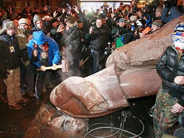 В Киеве снесли памятник Ленину - ОБНОВЛЕНО - ФОТО - ВИДЕО