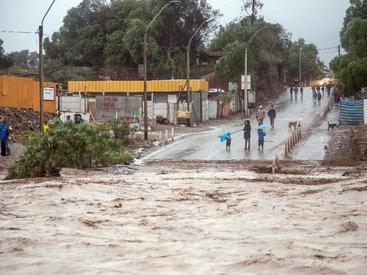 Наводнения в Чили: тысячи людей без света и воды - ФОТО