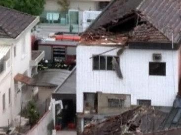 Самолет врезался в дом, трое погибших - ФОТО