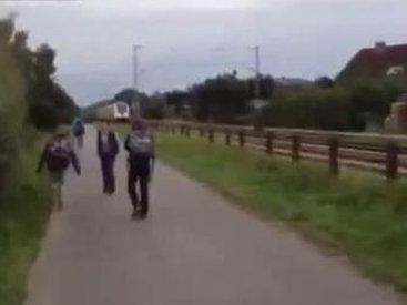 Поезд врезался в пассажирский автобус - ВИДЕО