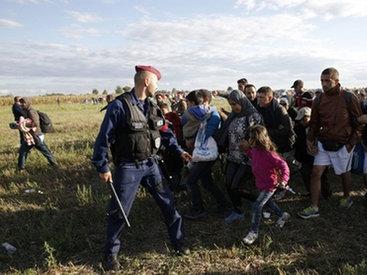 Пинавшую беженцев журналистку уволили с телеканала - ВИДЕО