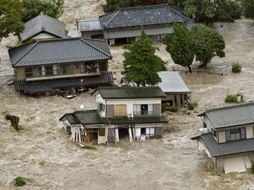 Из затопленного японского города эвакуируют население