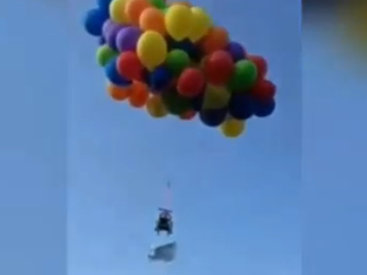 Канадец поднялся в небо на 150 воздушных шариках - ВИДЕО