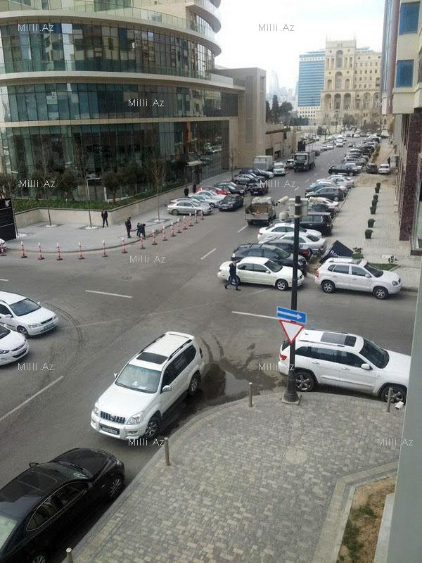 Аварии на центральной улице Баку предотвратят установкой знака – ФОТО