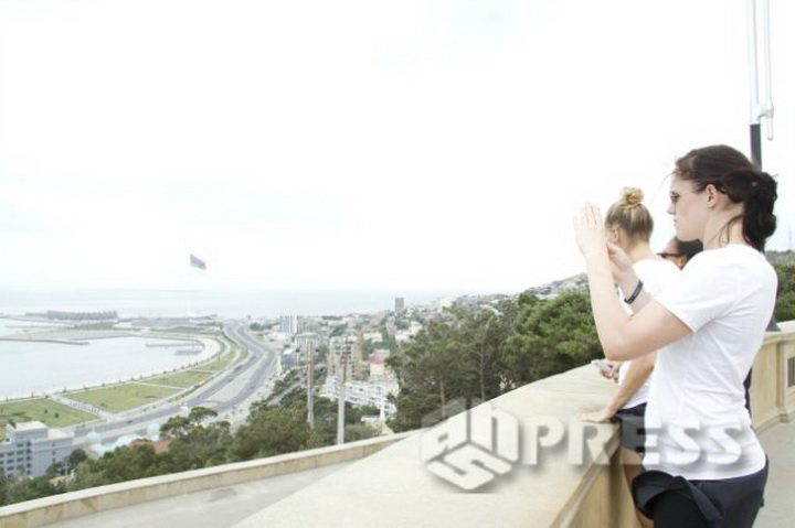 Bakıya heyran qalan isveçli qızlar - FOTO