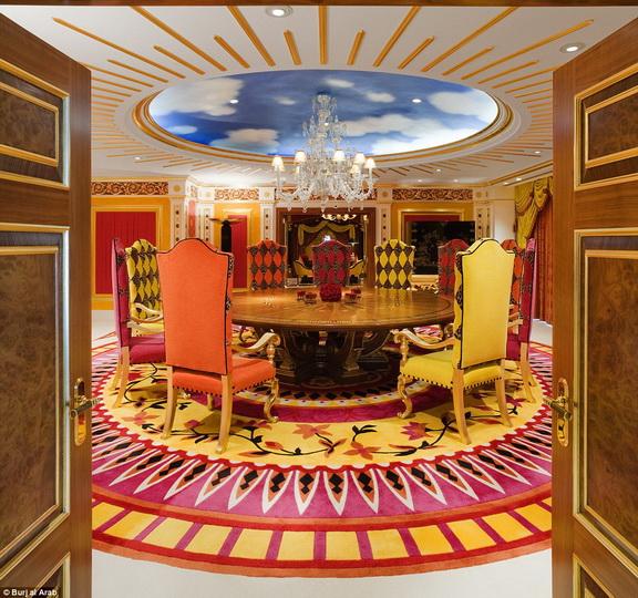Как выглядит изнутри самый роскошный отель Дубая - ФОТО