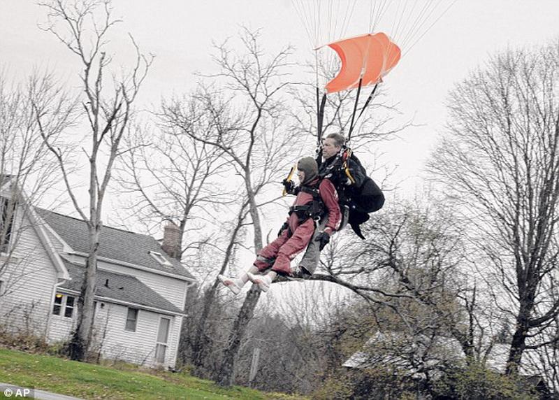 100-летняя бабушка отметила юбилей прыжком с парашютом - ФОТО