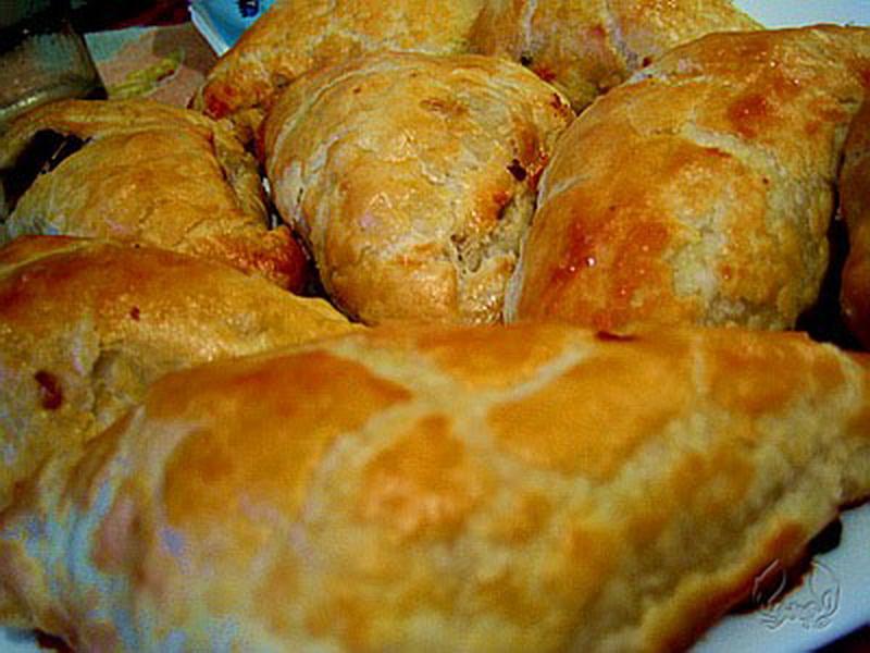 пирожки из слоеного теста с капустой и мясом