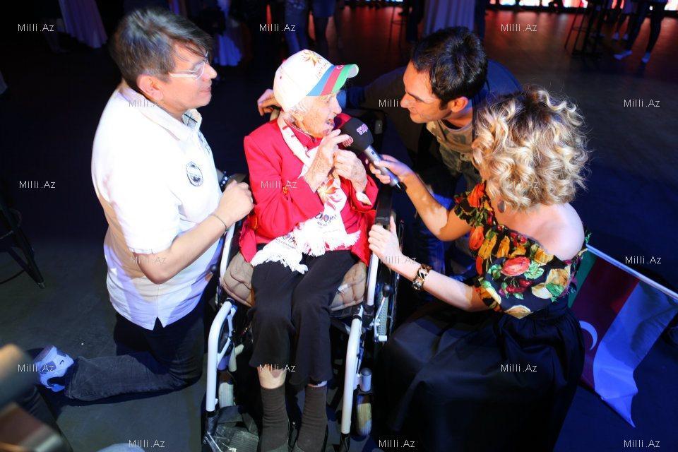 """Азербайджанская певица взяла интервью у 102-летней фанатки """"Евровидения"""" – ФОТО"""