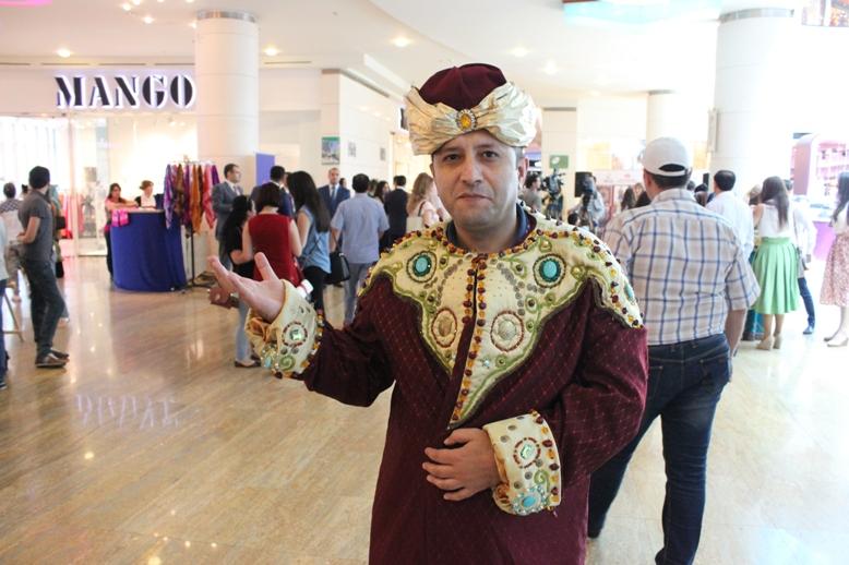 Гости Евроигр в азербайджанской национальной одежде - ФОТО