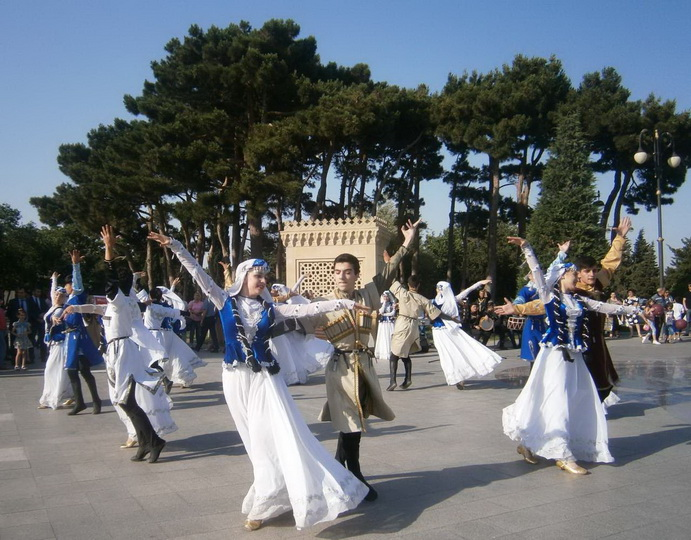"""""""Яллы"""" в центре Баку: гости Евроигр пустились в пляс - ФОТО"""