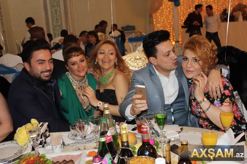 Azərbaycanlı müğənni aparıcı ilə ağız-ağıza - FOTO