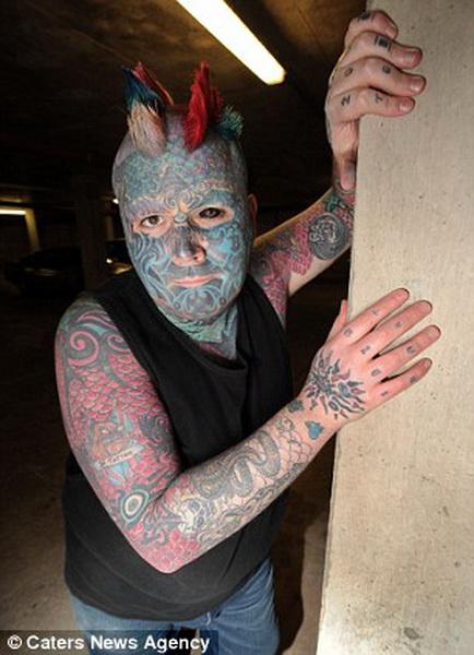 Самого татуированного человека Британии не берут на работу - ФОТО