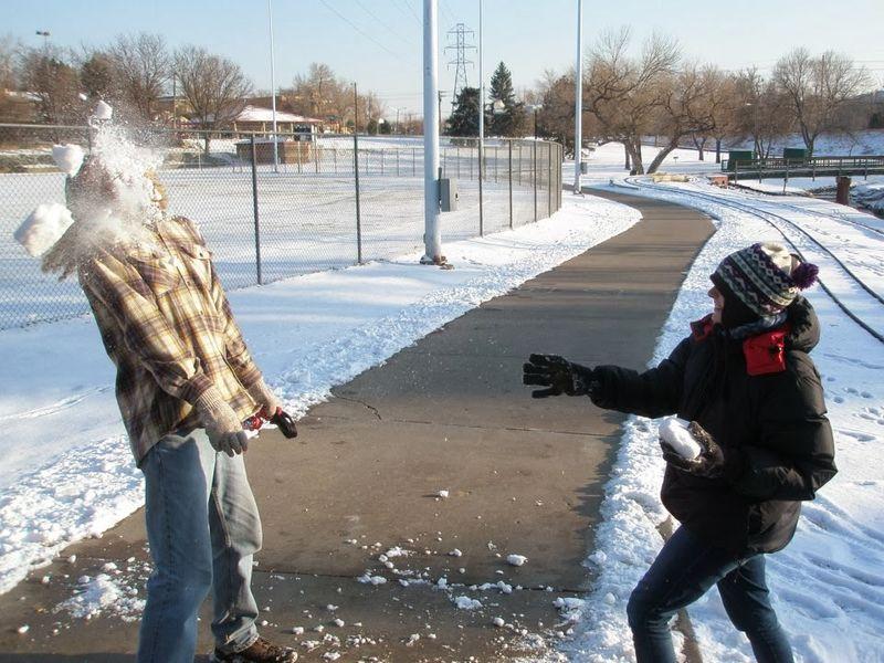 Смешные картинки игра в снежки, поздравление годиком