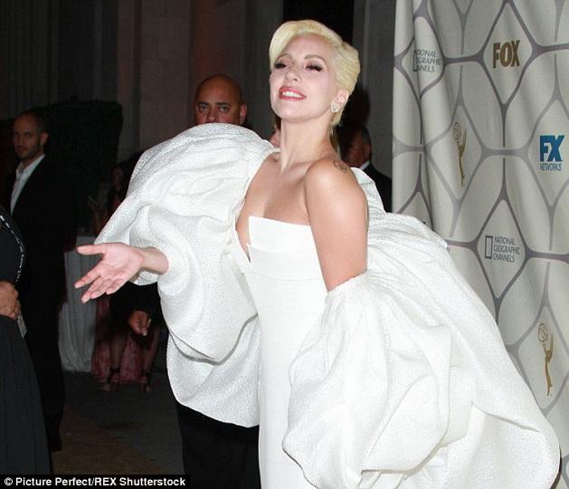Леди Гага удивила своим лицом на вечеринке - ФОТО
