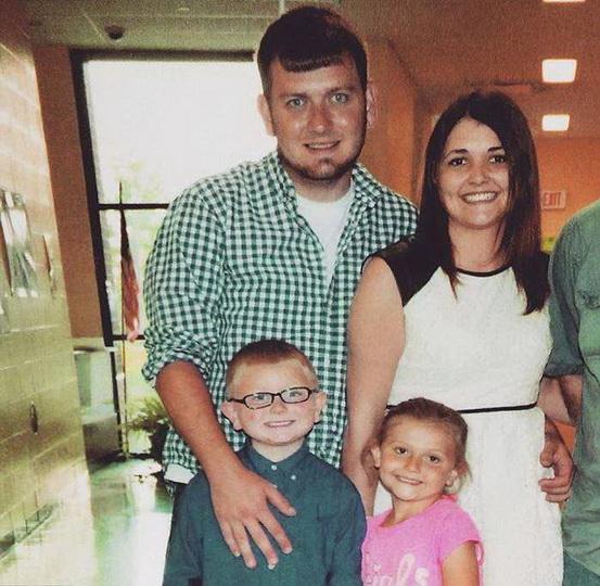 Вот почему эта женщина с детьми улыбается возле гроба мужа - ФОТО