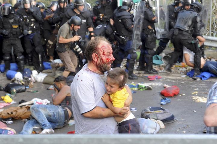 Душераздирающие снимки беженцев, ищущих новую жизнь в Европе - ФОТО