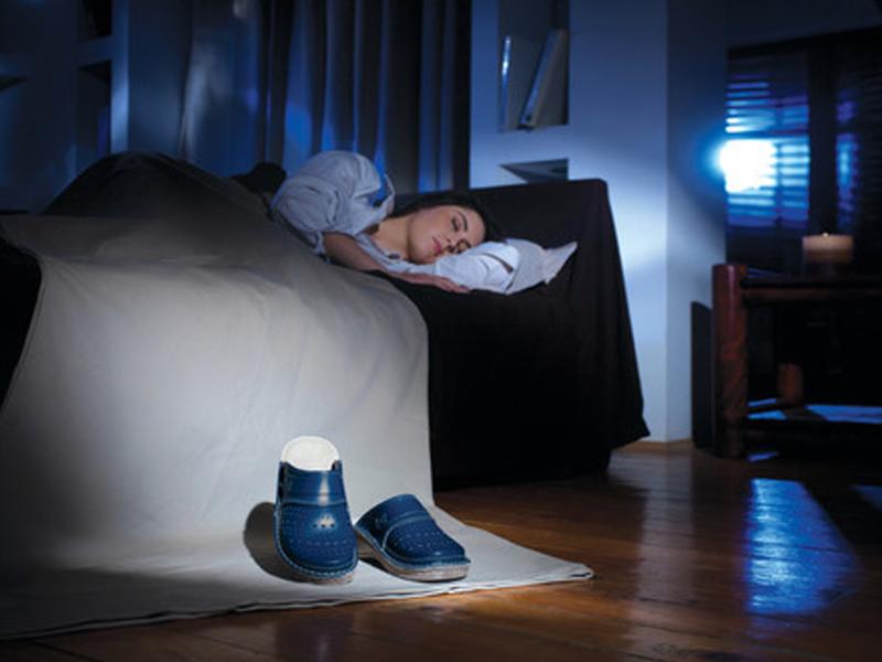 Закрыться в комнате, спрятаться в ней от всех во сне - столкнетесь с непониманием, несправедливыми нападками, необходимостью решать проблемы в одиночку.