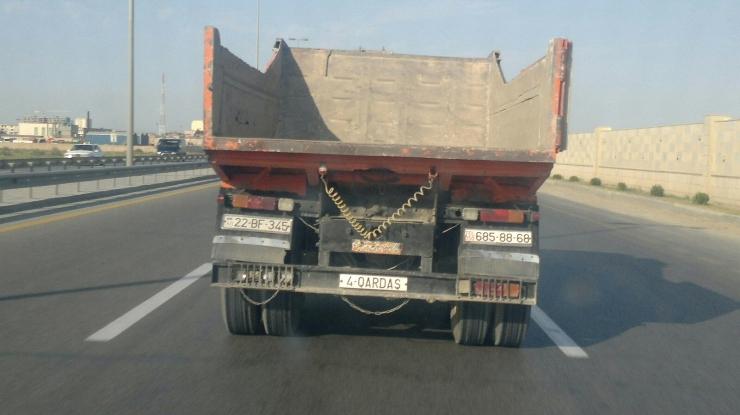 В Баку водитель переборщил с номерами - МОБИЛЬНЫЙ РЕПОРТЕР - ФОТО