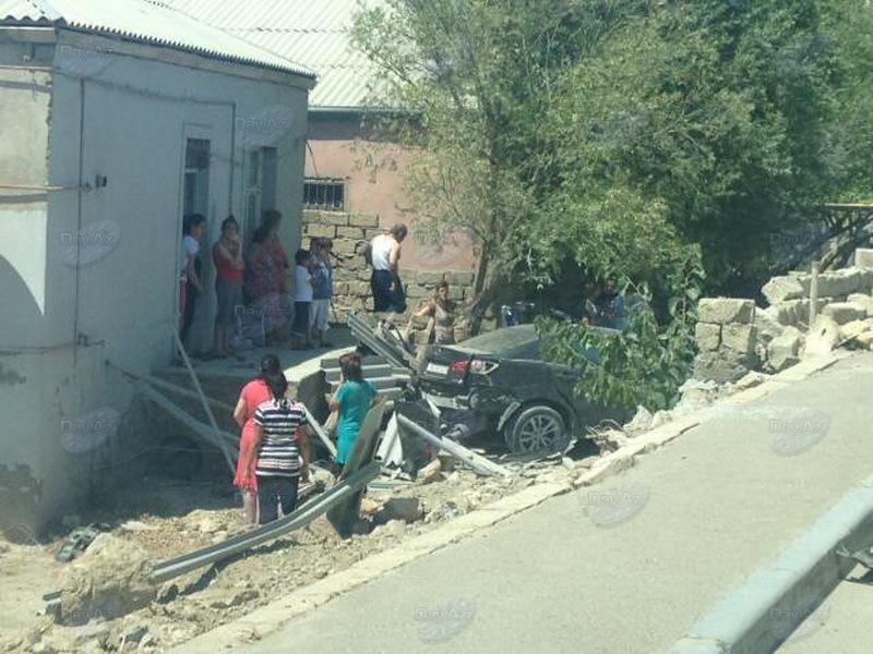 В Баку автомобиль въехал во двор частного дома - МОБИЛЬНЫЙ РЕПОРТЕР - ФОТО